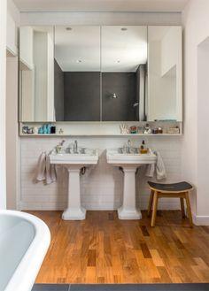 No banheiro do casal, o espelho desenhado pela SAO Arquitetura (Madero Marcenaria) garante amplitude. Lavatórios da Celite e metais da Deca. Na parede, azulejos Beatles, da Decortiles.