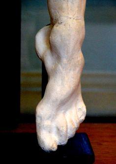 """Détail de """"Jambe"""" (vers 1897) par Camille CLAUDEL (1864-1943) - Étude sur plâtre - Musée Rodin, Paris. Photo Hervé Leyrit."""