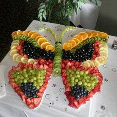 These party platter ideas will blow your mind! Not your average Veggie Tray or Fruit Tray! Learn how to create themed vegetable and fruit trays for your holiday party! Party Platters, Party Trays, Snacks Für Party, Food Platters, Party Desserts, Wedding Desserts, Party Recipes, Butterfly Birthday Party, Butterfly Baby Shower