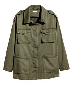 Khaki green. Cargo jacket in soft, washed cotton twill. Shoulder tabs, collar, and concealed buttons at front. Chest pockets with flap and snap fastener and