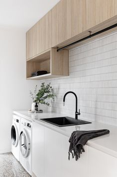 A simple & minimal laundry design - just the way we like it 😍 📸: Laundry Cupboard, Laundry Nook, Laundry Room Layouts, Laundry Decor, Laundry In Bathroom, Küchen Design, House Design, Modern Laundry Rooms, Laundry Room Inspiration