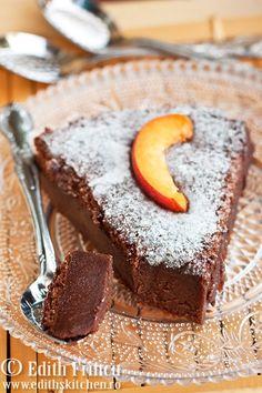 Flourless chocolate cake so delicious and decadent Breakfast Dessert, Dessert Table, Breakfast Ideas, Romanian Desserts, Cake Recipes, Dessert Recipes, Food Swap, Flourless Chocolate Cakes, Food Cakes