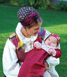 Moder og barn - always lovely Folk Costume, Costumes, Folk Fashion, Womens Fashion, Norwegian Style, Christening Outfit, Mother And Baby, People Around The World, Old And New