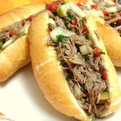 "This is a very common recipe around here – carne louca, which means ""crazy beef"". It was easy to stumble upon these sandwiches in birthda. No Salt Recipes, Cooking Recipes, Great Recipes, Food Truck, Finger Foods, Love Food, Food Porn, Pizza, Food And Drink"
