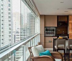 Protegida com vidro, a varanda ganha aconchego e se transforma num dos espaços mais concorridos do apartamento. Saiba a melhor forma de isolar a sua sacada.