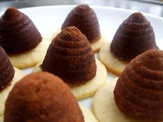 Traditional czech Xmas cookies: Uly (beehive cookie) recipe: This recipe uses walnut instead of crushed cookies, and I think it is more authentic. Czech Recipes, Cooking 101, Xmas Cookies, Country Cooking, Trifle, Recipe Using, I Love Food, Baked Goods, Cookie Recipes