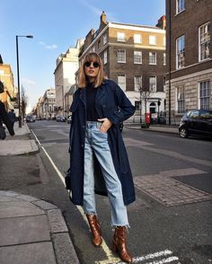 How To Style Jeans And Ankle Boots In The Fall Winter - Mode - Fashion - Wintermode Double Denim, Fashion Mode, Look Fashion, Fashion Trends, Fashion Photo, Fashion Ideas, Looks Street Style, Street Style Women, Outfit Ideas For Teen Girls
