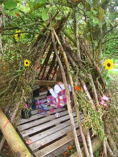 "A pallet, some branches & some pretty flowers - lovely den ("",)"