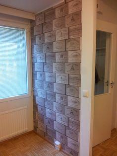 Keittiön seinän kuviotapetointi valmiina. Varsin piristävä.