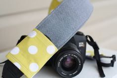 DIY: camera strap cover with lens cap pocket.genius because my lens cap and camera did not come with a strap Diy Camera Strap, Camera Strap Cover, Diy Photo, Photo Ideas, Sewing Hacks, Sewing Tutorials, Sewing Basics, Sewing Patterns, Tutorial Patchwork