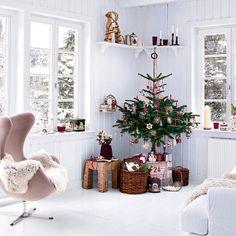 Adornos navideños en blanco y rojo. Árbol de Navidad