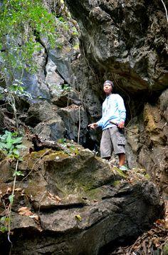 オノダトレールを案内するティビダットさん=2月26日、フィリピン西部ルバング島、佐々木学撮影