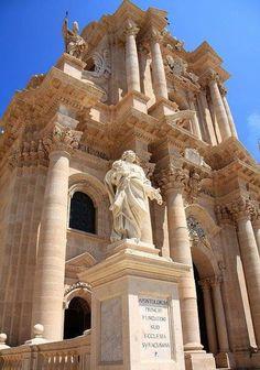 The Cathedral of Siracusa, Sicily/Italy Localizada no centro histórico da cidade na Ortygia island.  Sua origem é de templo católico pré - história. O grande grego Templo de Atena, foi construído no século V aC.  E está listrada no Patrimônio Mundial da UNESCO desde 2005.