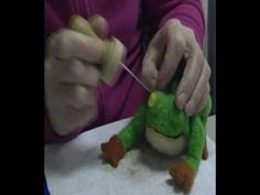 "elpevau - ""Wie man einen Froschkönig filzt."" - ""How to needle felt a King of Frogs"""