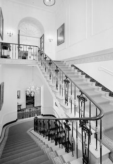 The Grand Staircase. Looking south White House Usa, White House Interior, White Exterior Houses, Famous Buildings, Famous Landmarks, Grand Stairway, Historical Architecture, Entrance Hall, Architectural Elements