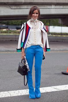A cor da calça e o casaco com estampa geométrica atualizam os clássicos calça de alfaiataria e camisa