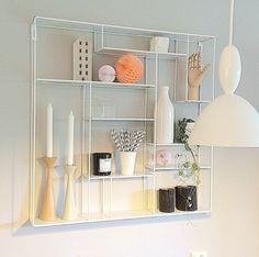 Tøffhvit hylle i metall! Denne hyllen er fin å ha på kjøkkenet, i stuen, soverommet, ellerhvorfor ikke på badet? Mål 80x80x12 cm Denne varen koster 199,- i frakt.
