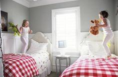 No quarto das crianças, o lambri ajuda a manter as paredes limpas. =)                                                                                                                                                                                 Mais