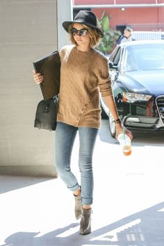 Sarah Hyland streetstyle - skinny jeans, beige sweater, ankle boots & fedora hat