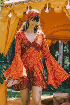 hippie style Venus dress - style mini dress with dramatic bell sleeves in a rich earthy colourway Source by wwwildflowers - 70s Outfits, Hippie Outfits, Vintage Outfits, Fashion Outfits, Vintage Clothes 70s, 1970s Style Clothing, Hippie Dresses, Night Outfits, Modest Fashion