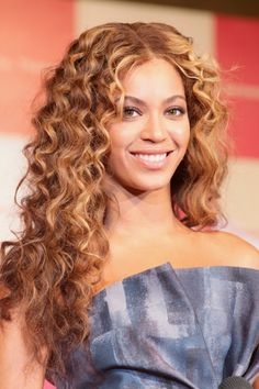 Beyonces long curly hairstyle