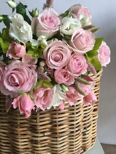 Basket Flower Arrangements, Beautiful Flower Arrangements, Floral Arrangements, Shabby Flowers, Pretty Flowers, Pink Roses, Pink Flowers, Happy Birthday Flower, Good Morning Flowers