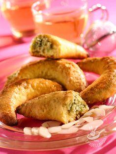 Almond pastries - I Cornetti di mandorle e timo sono una delizia da forno, una tentazione per il palato che vi conquisterà al primo morso. #cornettidimandorle