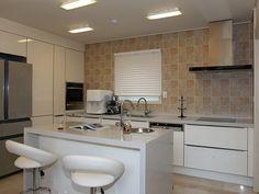 Dicas e ideias para fazer uma cozinha com ilha no meio do ambiente ou separando a cozinha da sala.