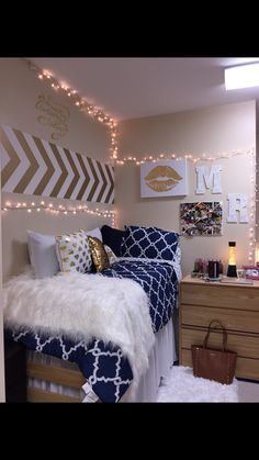 Cute Girl Dorm Room Design Ideas - When you're planning essentials for your dorm room, bedding is usually near the top of the list. After all, dorm rooms are primarily used for sleeping. College Bedroom Decor, Cool Dorm Rooms, College Dorm Decorations, College Dorm Rooms, College Life, Girl Room, Girls Bedroom, Diy Bedroom, Bedroom Ideas