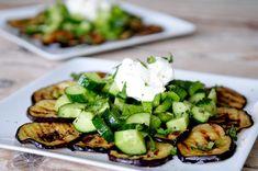 Aubergine salade recept met munt. Door het grillen wordt de aubergine lekker zacht en smeuïg. De verse munt geeft deze vegetarische salade een fris tintje.