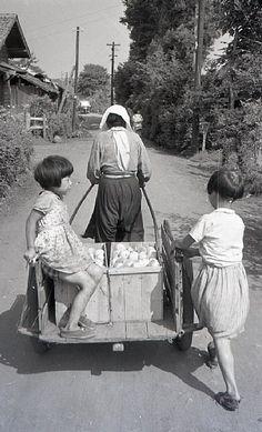 荷物運びのお手伝い=昭和31年8月(佐々木直亮氏撮影)☆Helping grandma with the human-drawn car. Photo by Naosuke Sasaki, Aug. 1956 Japan.