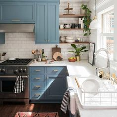 There is no question that designing a new kitchen layout for a large kitchen is much easier than for a small kitchen. A large kitchen provides a designer with adequate space to incorporate many convenient kitchen accessories such as wall ovens, raised. Modern Farmhouse Kitchens, Cool Kitchens, Small Kitchens, Dream Kitchens, Colorful Kitchens, White Kitchens, Farm Style Kitchens, Country Farmhouse Kitchen, Farmhouse Style