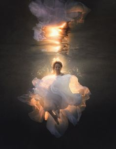 ideas for fashion photography conceptual water Underwater Photoshoot, Underwater Model, Underwater Art, Fantasy Photography, Underwater Photography, Portrait Photography, Fashion Photography, Abstract Photography, White Photography