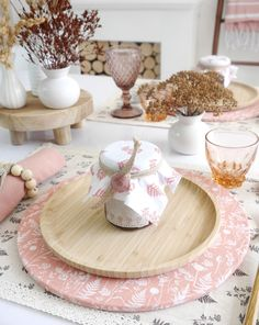 Scandinavian Inspired DIY Blush Tablescape and Decor for Fall - table setting and easy crafts and projects to dress a pretty autumnal table! #scandinavian #decor #tablescape #tabletop #tablesetting #blushtablescape #homedecor Diy Craft Projects, Decor Crafts, Easy Crafts, Fall Table Settings, Bird Party, Decoration Table, Decorations, Diy Décoration, Wooden Diy