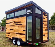 Want to buy a portable retreat for less than what it would cost to buy a car? Check out Studio Hs newly completed project: a tiny solar-powered abode on wheels for sale on eBay for a starting price of just $10K. Built atop a trailer bed this portable and eco-minded 112-square-foot building was created as part of Studio Hs yearlong design and construction youth program in Berkeley California. The proceeds of the project will be used to fund Studio Hs 2016 student build project.  Разве жилье…