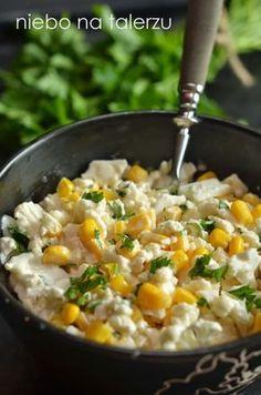Prosta i dobra. Bardzo chrupiąca. Lubią nawet Ci, którzy zwykle odmawiają jedzenia gotowanego kalafiora. Zdrowsza, bo gotowanie pozbawia warzywa większości witamin, zatem nie ma co się zastanawiać, robić trzeba. Po dorzuceniu np. wędzonego kurczaka spokojnie nada się na kolację.  składniki: – pół kalafiora – pół puszki kukurydzy – dwie lyżki posiekanej natki pietruszki lub …