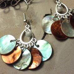 Boucles pour oreilles percées en métal argenté sans nickel, de nacres grises et marrons  - bijoux tessness