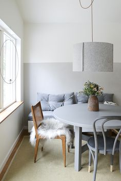 love the half bench half chair idea for a small kitchen table Monochrome Interior, Simple Interior, Scandinavian Interior Design, Beautiful Interior Design, Boho Deco, Sweet Home, Bentwood Chairs, Ideas Geniales, Dining Nook