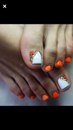 Pretty Pedicures Toe nail art Orange & white with gems - Summer Nail Purple Ideen Orange Nail Art, Orange Nails, White Nails, Pretty Pedicures, Pedicure Colors, Pedicure Ideas, Summer Toe Nails, Gem Nails, Toe Nail Designs