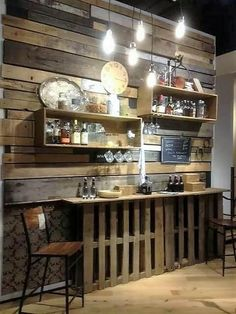 How superbly this whole finishing of the shelving unit with the pallet bar and wall paneling has been put together here for your house beauty. Although the pallet bar has been rested upon with the rough artistic blends of working mode that look so classy. Diy Pallet Projects, Wood Projects, Pallet Ideas, Bar Pallet, Pallet Wood, Pallet Counter, Pallet Walls, Pallet Shelves, Counter Stool