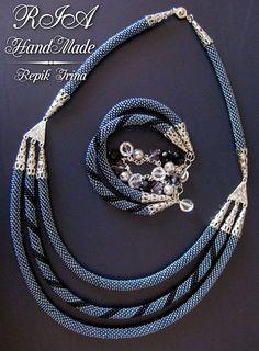 Комплект | biser.info - всё о бисере и бисерном творчестве Rope Jewelry, Seed Bead Jewelry, Bead Jewellery, Jewelry Crafts, Beaded Jewelry, Bead Crochet Patterns, Bead Crochet Rope, Handmade Beads, Handmade Jewelry