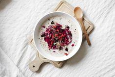 Receta vegana de porridge (gachas de avena) con frutos rojos, chips de chocolate, nueces pecanas y bayas de Goji. Desayuno fácil y saludable.