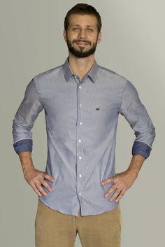 Camisa masculina azul com padronagem geométrica com detalhes em cinza azulado. contofigueira.com.br