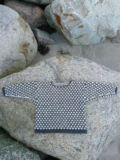 """Børnetrøje """"Heila Stjørna"""", hele stjerner. Mønstret stammer fra færøske fiskertrøjer. En trøje med dette mønster blev båret af Knud Rasmussen på den 5. Thule-ekspedition.Materiale: Pura LanaBemærk: Der er rabat på opskriftens pris, hvis du køber garnet med også. Herover kan du se, hvor meget garn, du skal bruge til den ønskede størrelse, og du kan klikke dig videre ind på garnet for at se alle farvemulighederne."""
