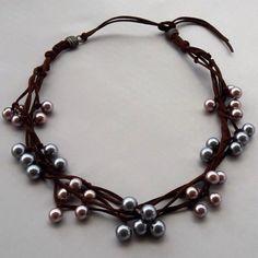 Esse colar é uma das peças em promoção no site Fita de Moça! Fio de couro marrom com pérolas cinza e rosa velho! #colar #promo #moda #modafeminina #acessorios #diadasmaes #boatardee