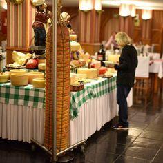 #NoiteItaliana no @hotelbellaitalia em #FozDoIguaçu segue com o maior #queijo #Provolone que já vimos  110kg  . . . . #HotelBellaItalia #EuAmoFoz #bellaitalia #fozdoiguacu #fozdoiguacupr #fozdoiguacul #fozdoiguacufalls #fozdoiguaçú #foz #blogueirorbbv #ViajePeloBrasil #DicasdeDestino #PartiuBrasil #viagem #ComerDormirViajar #wes2travel #blogueirorbbv #travel #LoveTravel #TravelLove #Gastronomia #gastronomiafoz