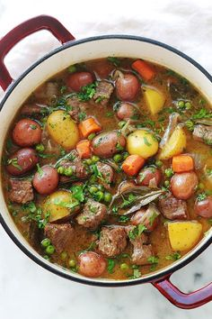 Ragoût de boeuf aux légumes – pomme de terre, carotte, petits pois Simple beef stew recipe with a lot of taste. The meat is very tender because it has been cooked in a baking dish over low heat for a long time. A complete, healthy and soothing dish. Meat Recipes, Crockpot Recipes, Cooking Recipes, Easy Beef Stew, Legumes Recipe, Vegetable Stew, Batch Cooking, Casserole Dishes, Healthy Dinner Recipes