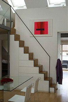 """Eisentreppe mit Glas-Geländer – Holzstufen ergänzen die """"coolen"""" Materialien mit Natürlichkeit."""