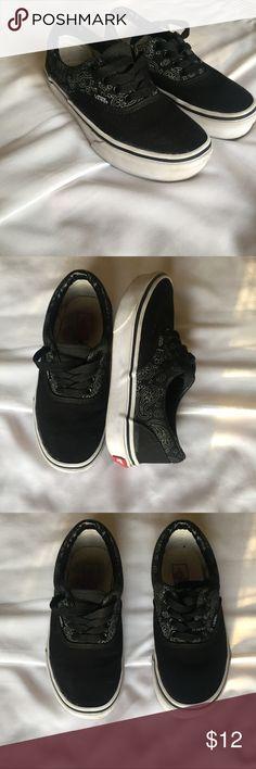 Kids black Vans !💕💕 Kids vans bandanna print with black in good condition. 🏃🏽🏃🏼♀️🌺 Vans Shoes Sneakers