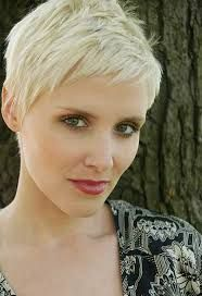 Short blonde pixie cut (Dig the color! Short Pixie Haircuts, Pixie Hairstyles, Cool Hairstyles, Hairstyle Ideas, Short Bangs, Haircut Short, Hairstyles 2016, Hair Ideas, Latest Haircuts